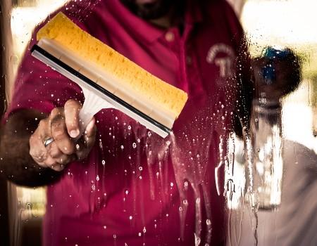 Trabajar con una postura correcta, esencial en el sector de la limpieza
