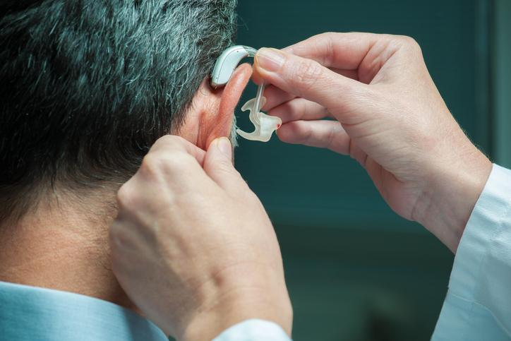 Discapacidad auditiva y pérdida de volumen cerebral